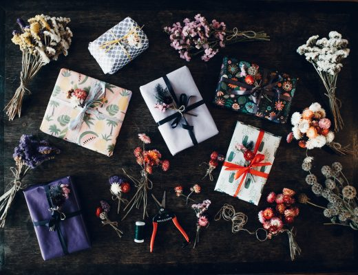 Geschenkedeko mit Trockenblumen